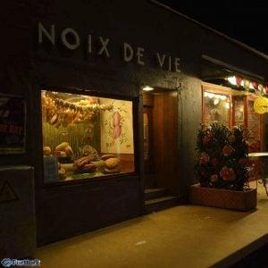 Anonymouse'un yayınladığı fotoğraflardan; dükkanın gece görünüşü