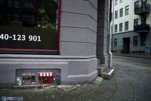 Anonymouse'un yayınladığı fotoğraflardan; süper güçleri bile alarma geçiren dükkanın uzaktan görünüşü