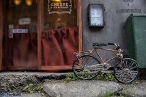 Anonymouse'un yayınladığı fotoğraflardan; dükkanın önünde görülen masum bir bisiklet, gerçekten öyle mi?