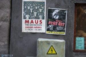 Anonymouse'un yayınladığı fotoğraflardan; dükkanın duvarında(dış cephesinde) yer alan posterler. Kesinlike yanlış giden bir şeyler var