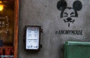Anonymouse'un yayınladığı fotoğraflardan; dükkanın duvarındaki(dış cephesi) Anonymouse baskısı