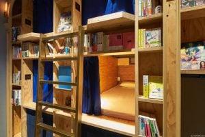 Hem otel hem kitapçı, geceyi geçirebileceğiniz yatağınız da kitaplığın içinde sizi bekliyor