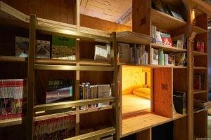 Tokyo Kyto'nun bu yeni oteli kitap temasını iyi işlemiş ve hoş bir atmosfere sahip olduğunu anlayabiliyoruz